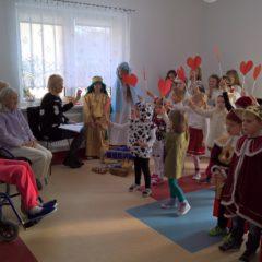 Uczniowie z Jaroszówki z jasełkami w Domu Opieki w Wieliczce