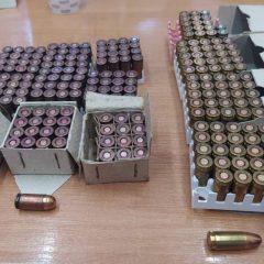 Policjanci z Komisariatu Policji w Gdowie zatrzymali mężczyznę, który posiadał nielegalną broń i amunicję